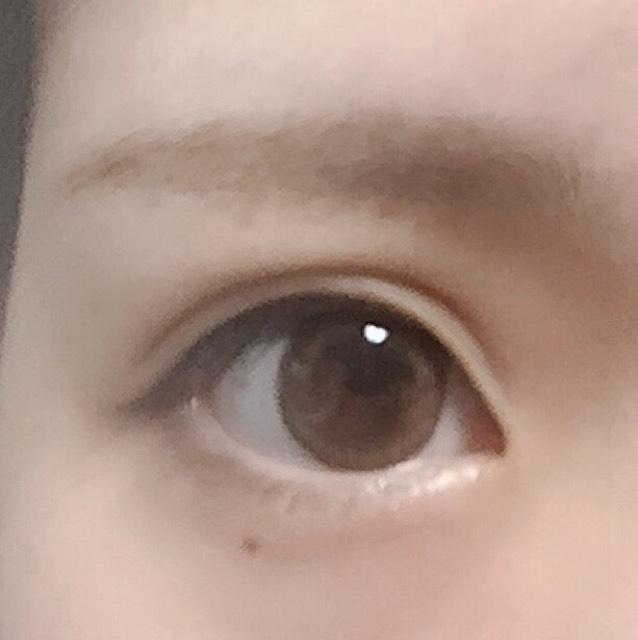 眉毛を書く (アイブロウ・眉マスカラは明るめの色を使っています)