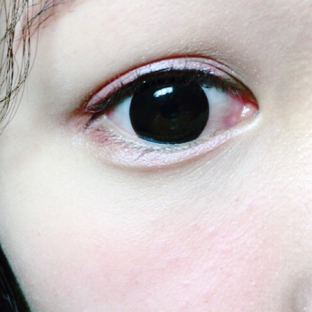 黒目の上と目尻にアイライナーをひいてマスカラを塗る