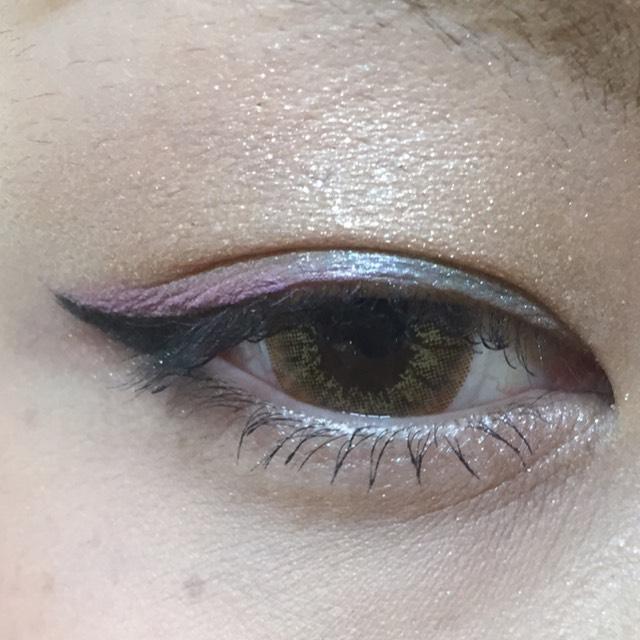 目頭側にブルー 目尻側にパープルをのせました! 涙袋にはラメの入ったピンクをのせ、ぼかすと目元が明るくなります!