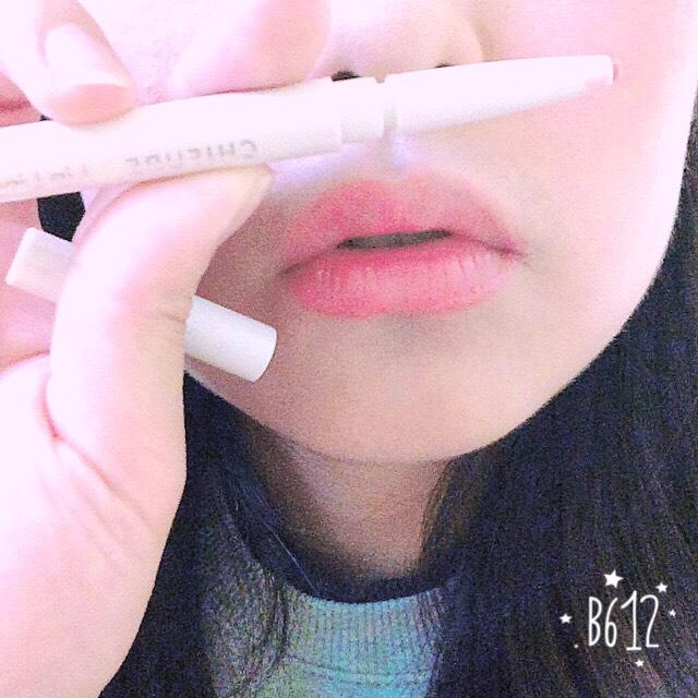 続いてリップです まずペンシルで輪郭をかきます! ちょっとはみ出すように書いてポテッとした可愛らしい唇に♡