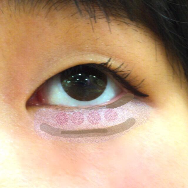 次は涙袋です! まずラメ系の薄紫を少し広めに、ラメ系の薄ピンクを黒目の下にのせます。 そして眉パウダーの薄い色を涙袋の下全体、眉ペンシルで黒目の下だけ影を濃いめに描きます! 最後に目尻に締め色を細くのせます。