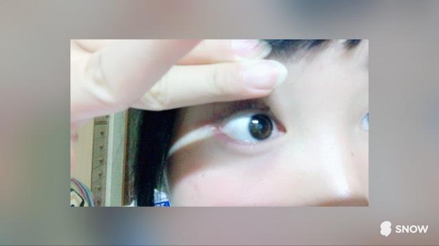 次は中指人差し指で 上瞼を上に上げます。