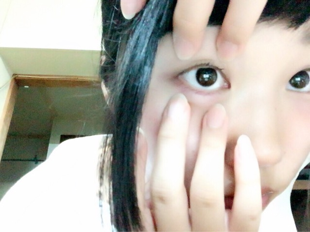 中指と薬指を 上瞼の目頭側と目尻側、下瞼の目頭側と目尻側を押さえます。 出来るだけ少し強めに。 痛くはしないでね。