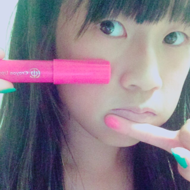 ピンクのリップを手で唇の内側にぽんぽんしていきます