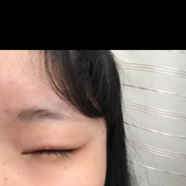 まず朝私の瞼は乾燥しています。コットンに化粧水を染み込ませ瞼を拭いていきます。