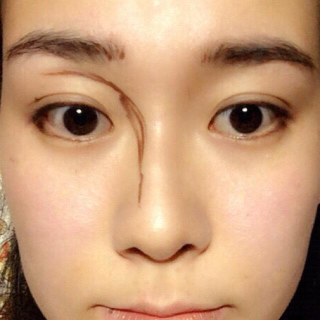 左:ぼかす前 右:ぼかした後  ビボのアイライナーで眉、ノーズシャドウ、目尻を描いて、ぼかします。見づらいですが、目尻は下まぶた1/4までで上のまつげと繋がるように描いています