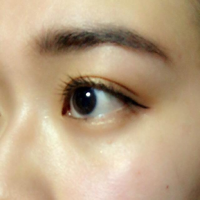 正面から見て上まつげの一番端の延長線上に、目尻側にのみアイライナーを引きます。目とのバランスをみて、パウダーブロウで眉を埋め、整えます