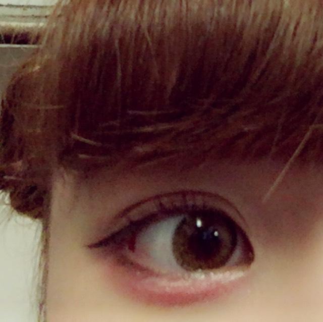 下瞼全体にピンクのラメ入りシャドウを塗ります  (目頭側は薄く→目尻側は濃く)