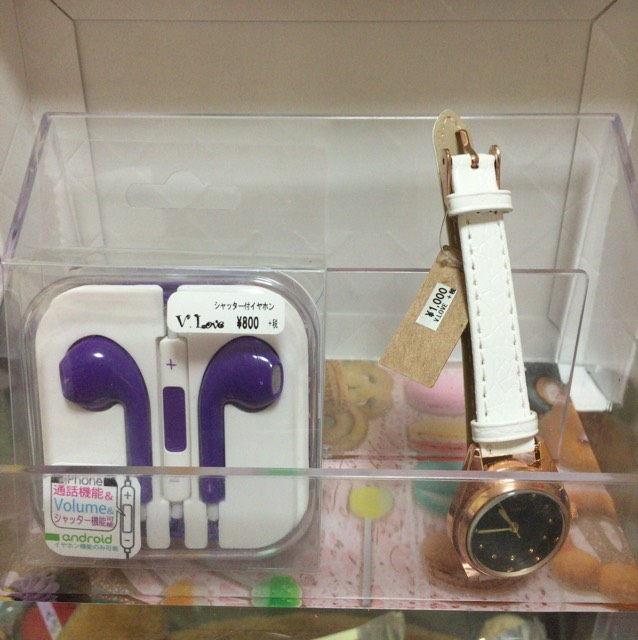 ヘアアクセサリーショップ 左から イヤホン 800円位  腕時計 1000円位