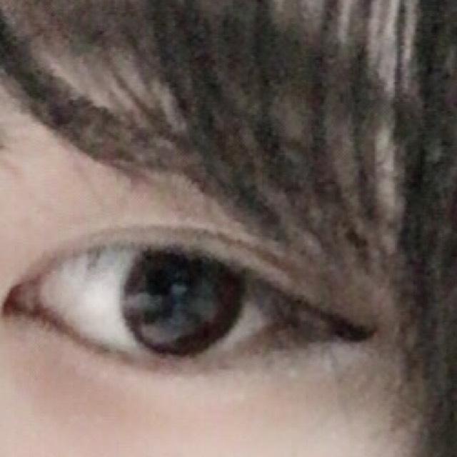 【ポイント3】   次は目です。  あまりはね上げるとオルチャンぽくなくなります。 韓国人ぽい顔の人は はね上げてもオルチャンになると思いますが…  我々日本人ですので、アイラインを引くときは