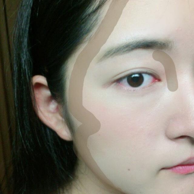 シェーディングを図のように。 鼻筋は指で直接塗り、輪郭はブラシで薄くのせます。