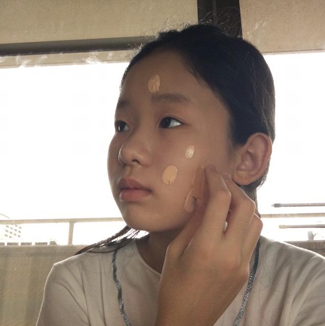 ファンデを手の甲にとって、指で伸ばしたら、スポンジで肌に馴染ませる。