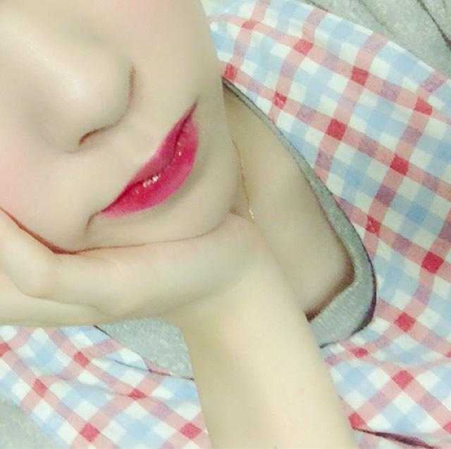 赤いティントを唇の内側にしっかり塗り 唇同士を擦り合わせながら馴染ませます  (お好みでグロスなどを塗ってツヤ感を出すのもアリ◎)