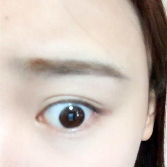 眉毛は平行眉をペンシルで書いて、眉マスカラを塗ります。