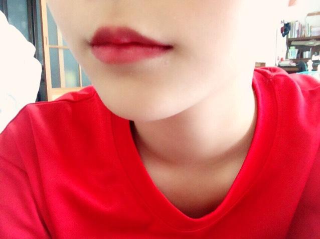 ⑥ 下唇に口紅を塗り、唇をかませて上唇に色を移します
