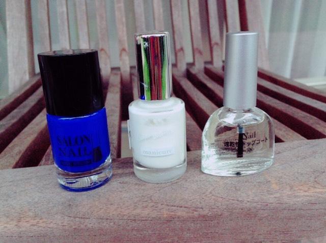 自分の好きな色のマニキュア を2色 〔できれば、片方が白のほうがいいと思います〕