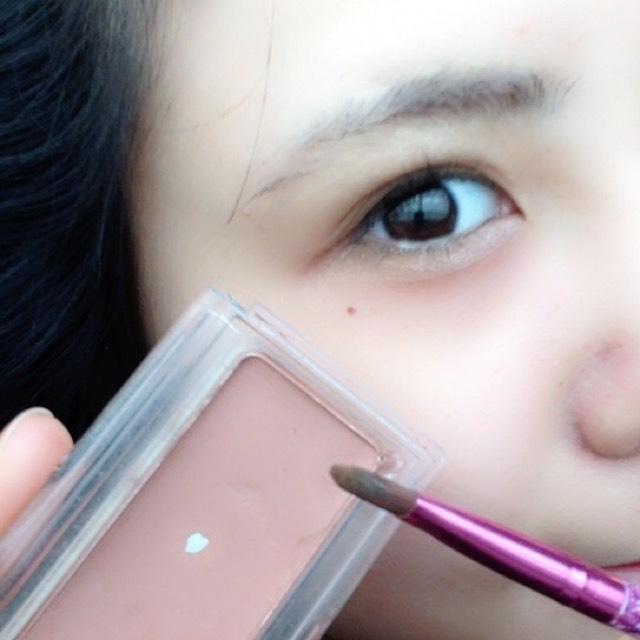 シューウエムラのアンバー89って色を上瞼の目尻に、二重幅ちょっとオーバーするくらいに塗るよ。ほほ紅って書いてあるけど問答無用だ!いい感じに暗い色なので二重幅を強調できます。