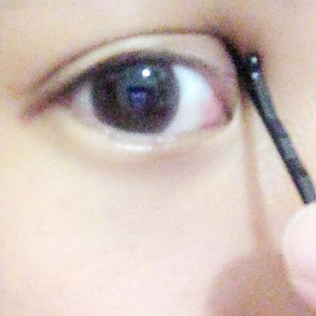 片方の指でも引っ張りながら上手く形を整えます! 何回も瞬きをして位置も確認してください!  この後瞼をすこし押さえながらヘアピンを抜きます!
