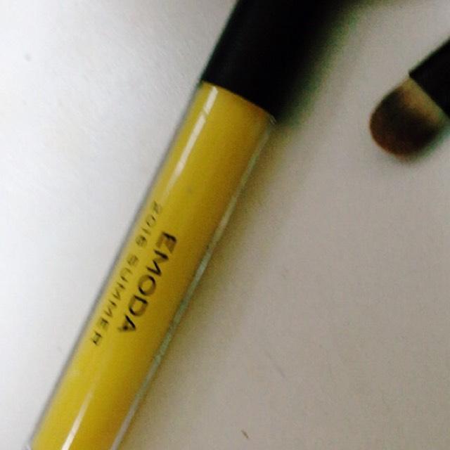 さっきのチークを唇にもつけてあげてから、オレンジもしくは黄色のグロスでぷるってつけてあげます