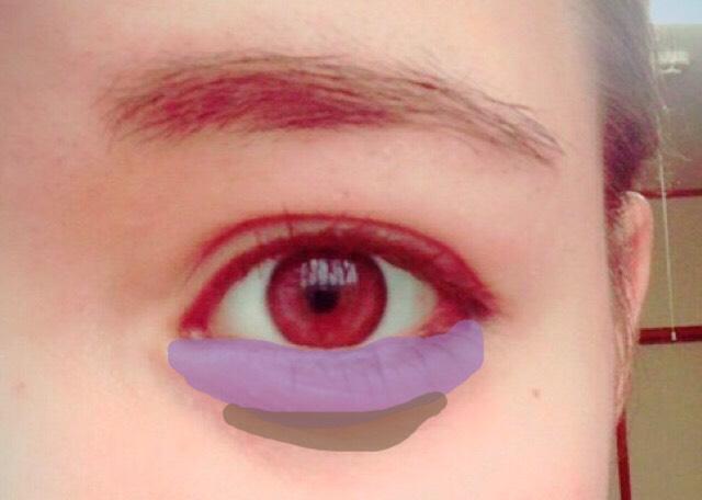 紫色の部分に涙袋ライナーで涙袋をかきます。明るめのアイシャドウでもできます。  その下の茶色の部分に茶色系パウダー、アイブロウライナーで線を入れます。線を入れた後にクマっぽくならないように綿棒などでぼかします。
