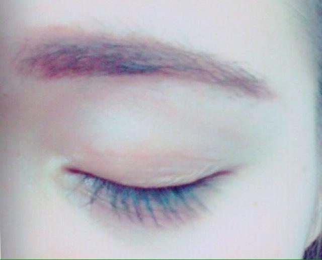 眉毛はペンシルでしっかり書いて上からパウダーでぼかします。