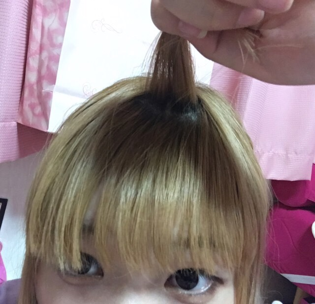 最初に目立たないピン留めと、前髪用のコテを用意して下さい!  まず、前髪のてっぺんの髪の毛を少し集めて1束作り持ちます そのままキープです!  この時に、コテを温めておいてください!