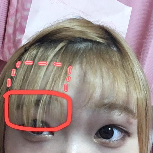ピンでとめたら、残った前髪を温めておいたコテで巻いていきます!半分づつ巻きます! 26mmのコテで巻きました!  最初は、コテを赤い点々の部分に1秒当てます。次に素早く下ろすように、赤い四角の部分を、3秒〜5秒ほど当てます イメージは、前髪の下だけを巻くんですけど、真ん中も、少し巻くことでコテの跡がつきにくく不自然ではなくなると思います! そうすると自然な前髪カールができると思います!