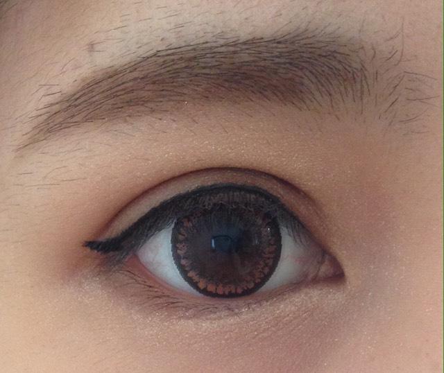 ③はアイライン黒目の上を少し太く、目尻はくのじの角まできたら跳ね上げてかきます