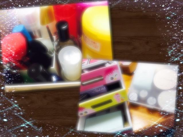 右上の画像には日焼け止めや香水、ブラシ、入らなかったメイビリンのマスカラ。 右下のボックスには上にスポンジ、真ん中にメイク落としやリップスクラブ、 一番下にセザンヌのファンデーションとハイライトやシェーディング。 右の箱にはクッションファンデーションが入ってます✨