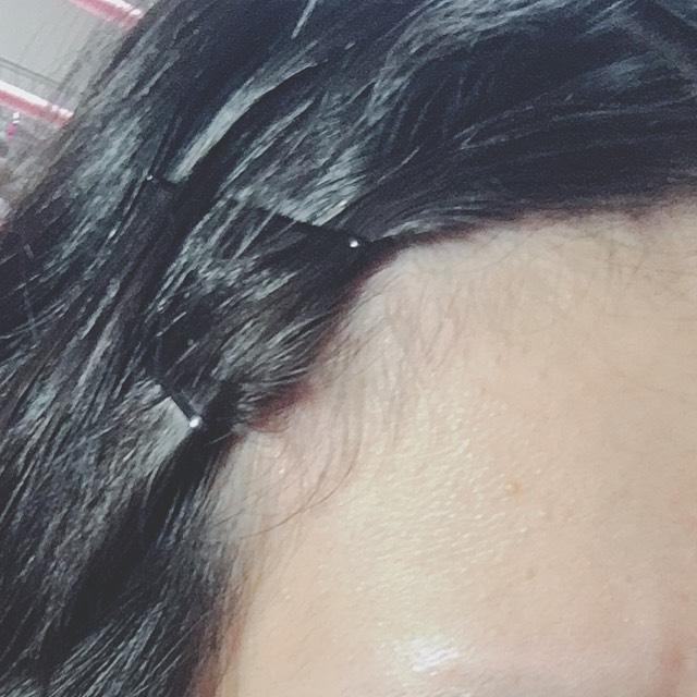 元のある短い前髪をピンできっちりとめる。