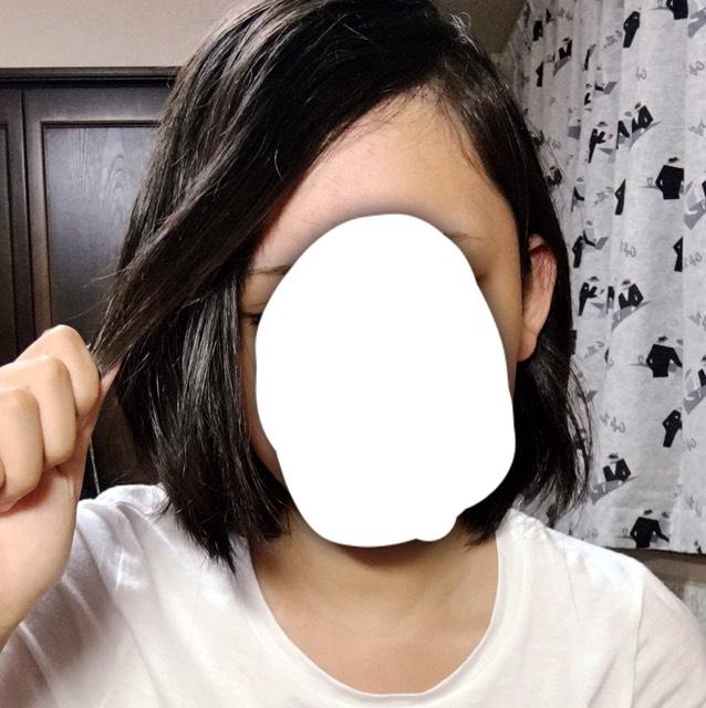 顔に少しかかる前髪をとって。