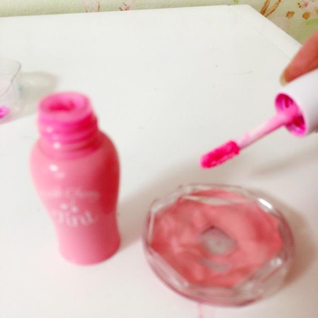 リップは白味が少し入ったミルキーな明るいピンクを選ぶとかなりネオンぽくなります