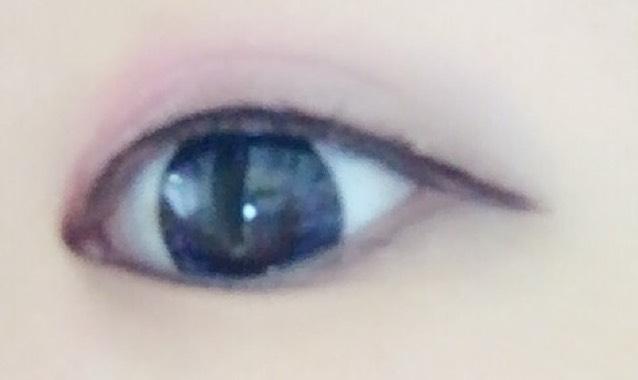 アイラインをスッと目の形に沿って描く