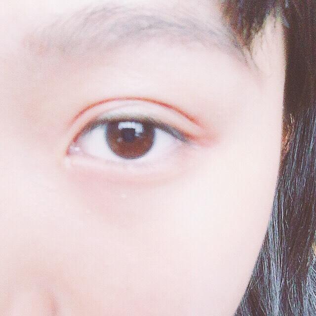オレンジのパウダーチークで、目の周りを囲みます。