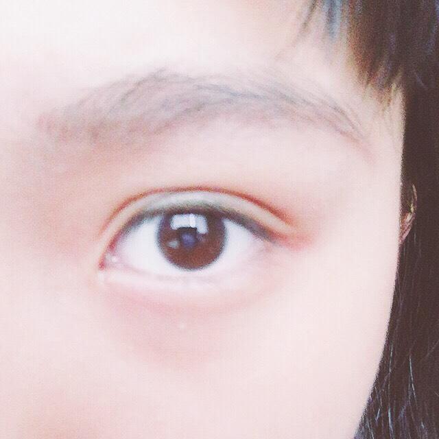 パウダーアイブローで下の方の眉毛を濃くします。(この後ペンシルの跡をぼかします。)