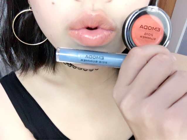 次にチーク&リップを唇に塗り、その上にブルーグロスを塗ります