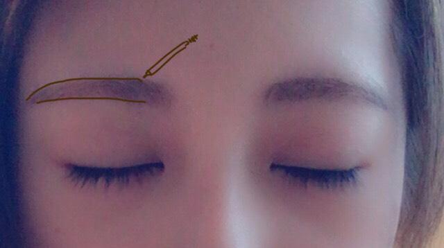 アイブロウペンシルで眉毛を平行にします。 書いたらブラシで少し馴染ませます。