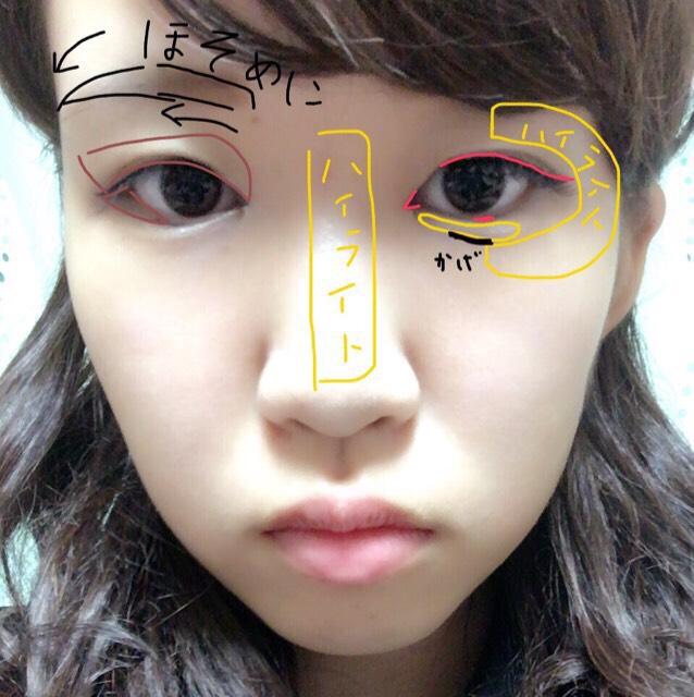 眉は細めに少し斜めに描きます。 アイシャドウは、グレーやブラウンなど濃いめの色を使います。 目尻側に向かって横にグラデーションします。 下目尻に三角形になるようブラウンのシャドーを入れます。 次にアイライナーは、目の際、粘膜をしっかり埋めて目尻を跳ねあげます。 目頭に切開ラインもしっかり描きます。 つけまつげはお好みのものでいいですが芯が太くケバいようなものを使うとよりデカ目効果があります。 (そうすると、ぱっちり二重が作りやすいです。) 一重や奥二重の方はここで、つけまつげを付けて二重に。 ハイライトに使うものを使って涙袋を作ります。 ハイライトはがっつり入れて顔立ちをハッキリ見せます。