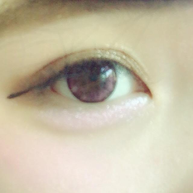 目のキワから濃くなるように上に薄くグラデーションをつくる