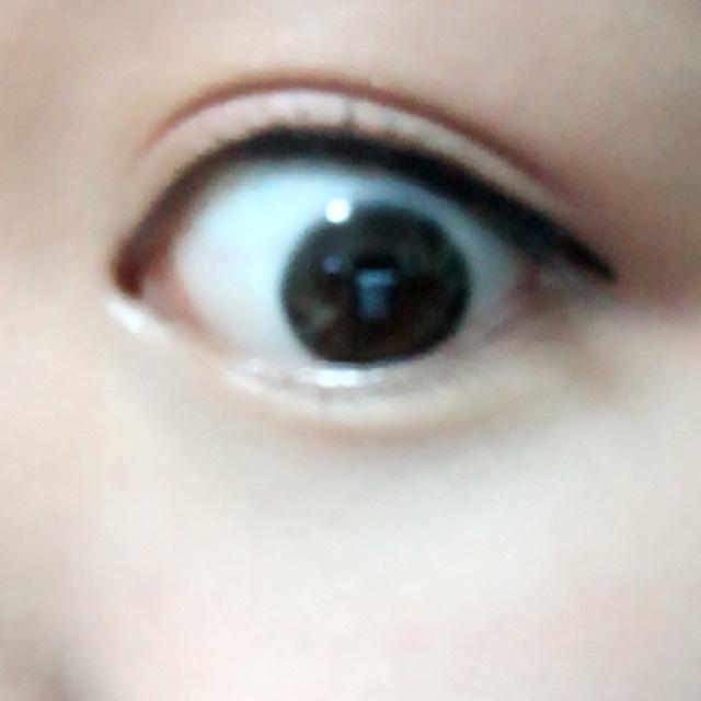 アイラインはブラックで目頭から目尻ぴったりまで引きます