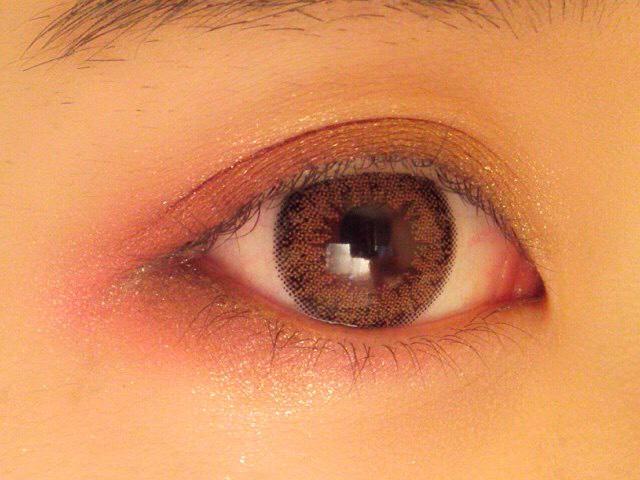 そして目を開いたときの目尻下のところにもピンクのアイシャドウを入れていきます。 ちょうど黒目の下までオーバーに入れる感じでします。