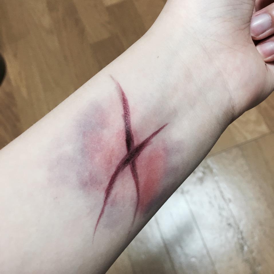 赤リップをリップブラシにとり 傷をなぞる