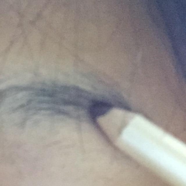 アイブロウペンシルで眉を整えます。私は前髪ぱっつんなので見えないんですけど風が吹いた時に眉毛が手抜きだとかっこ悪いので...w