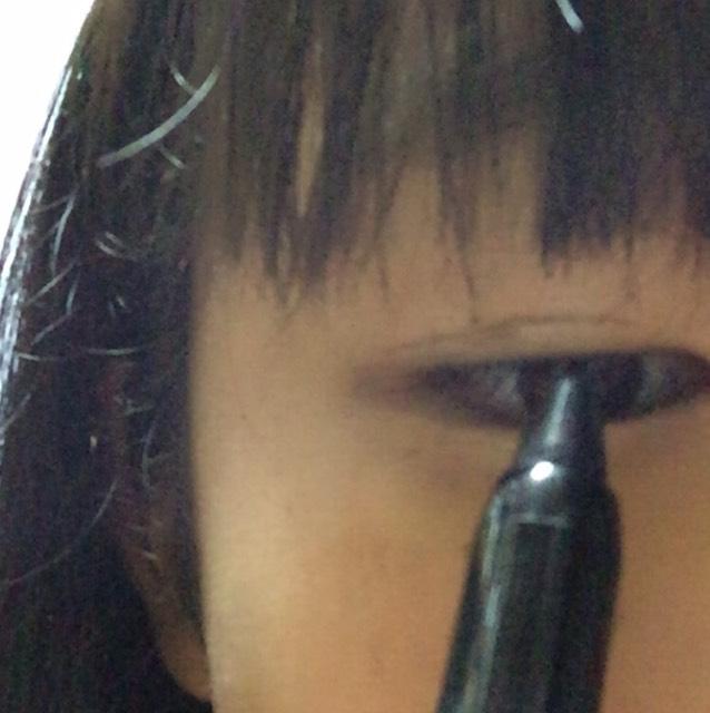 アイラインを 黒目の上と下に細く書きます。これだけで結構デカ目効果! 好みで目尻を垂れさせたりはねさせたりしてくださいね!私は垂れラインです