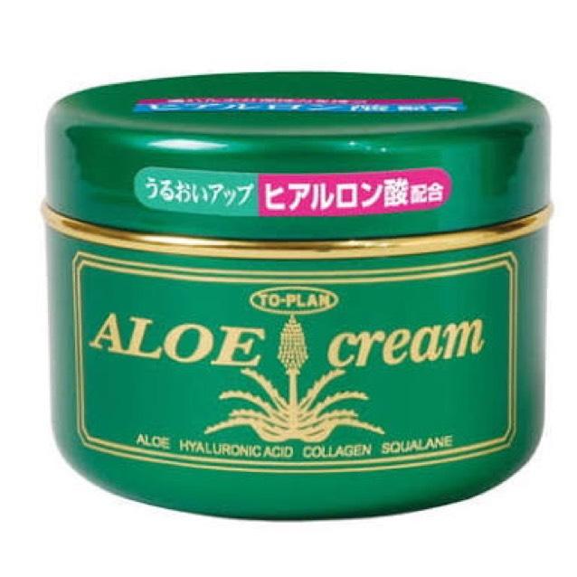 そして洗顔し終わってタオルで顔を拭いたらすぐにアロエクリームを顔全面に薄く塗ります。 肌はお風呂上がりや洗顔後1分ほどで乾燥肌なのダメージを受けるらしいのでお風呂上がり、洗顔後は必ずすぐにつけてます。