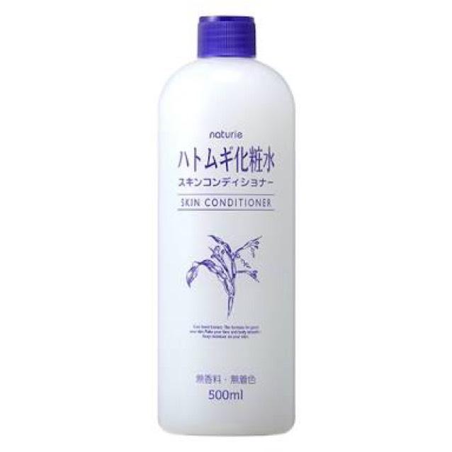 アロエクリームを塗った後手を洗って、自分の部屋に戻ったらすぐにハトムギ化粧水を100円玉くらいだして顔全面に塗ります。 叩いたり擦ったりしないで染み込ませたいところに手で抑える感じで浸透させていきます。