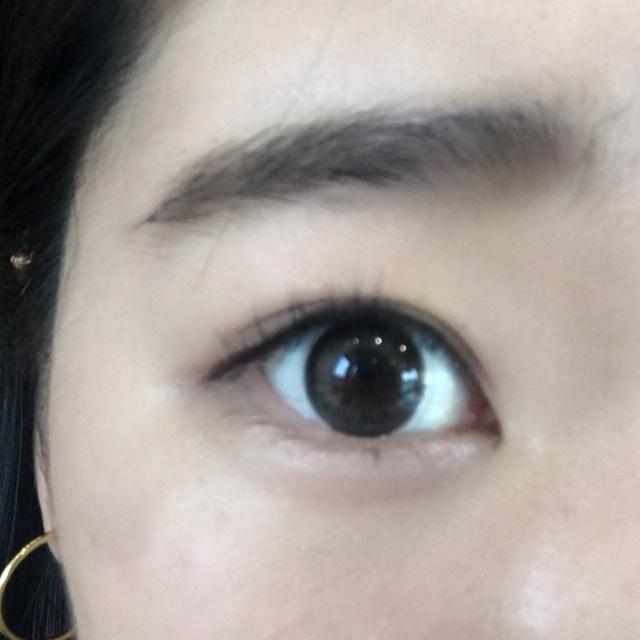 眉毛はパウダーで眉頭と眉尻を書き足すくらいでOKです。  ※眉マスカラがあればするのも◎