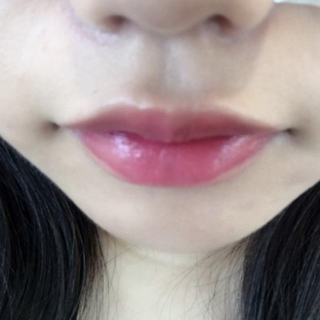 唇はチーク&リップのピンクを指でポンポンとぬります。 その上からグロスを重ねていきます。  ※グロスはすこしでOKです。 塗りすぎると天ぷら食べた後みたくなります!笑