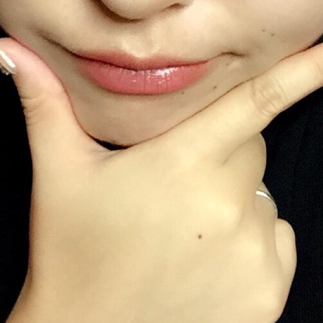 リップは濃いめのベージュに薄いピンクを唇の真ん中辺りだけ重ねてます。チークはピンクを薄めに。