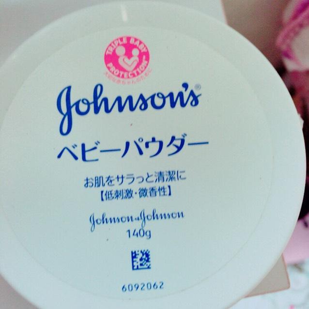 お粉としてベビーパウダーを使います。 Tゾーン、瞼、涙袋、鼻下。などよれやすい部分につけてあげます。